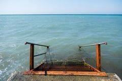 Ржавая лестница металла спускает в море от пристани Взгляд сверху стоковое фото rf