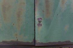 Ржавая металлическая зеленая дверь Стоковые Фото