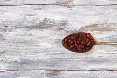 Ржавая ложка кофе, деревянная предпосылка Стоковые Изображения RF