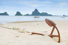Ржавая перспектива анкера на пляже с естественным enveronment a Стоковая Фотография