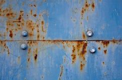 Ржавая поверхность металла с голубой текстурой краски шелушась и треская Стоковая Фотография