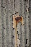 Ржавая старая стена металла с треснутой бумагой смолки Стоковая Фотография RF
