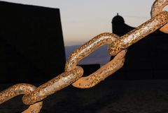 Ржавая старая цепь крепости на ноче Стоковое Изображение RF