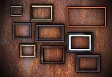 Ржавая стена вполне пустых рамок Стоковые Изображения