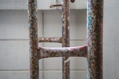 Ржавая структура металла в строительной площадке против белого backgro Стоковые Фото