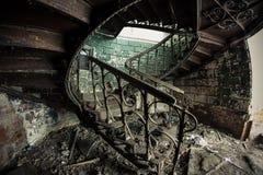 Ржавая украшенная винтажная винтовая лестница в покинутом особняке Стоковая Фотография RF