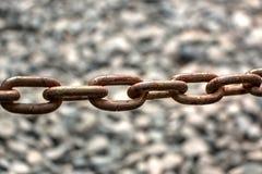 Ржавая цепь в естественной запачканной предпосылке стоковые фотографии rf