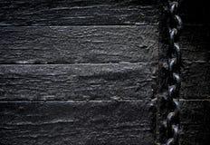 Ржавая цепь на старых досках предпосылке и worn краске стоковые фотографии rf