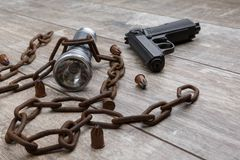 Ржавая цепь с концом-вверх лож пистолета на деревянной предпосылке Стоковая Фотография