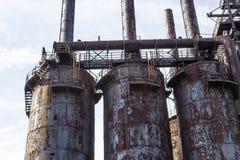 Ржавея покинутые доменные печи сталелитейного завода с подиумами стоковая фотография rf