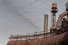 Ржавея трубы с подиумами и перила, дымовые трубы в промышленном комплексе стоковые изображения rf
