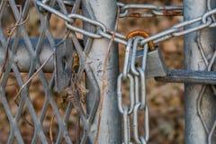Ржавея padlock на стробе загородки звена цепи Стоковое Изображение