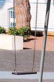 Ржавое железное качание в парке города Стоковая Фотография RF