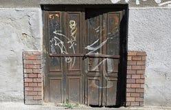 ржавое металла двери старое стоковое фото