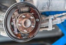 Ржавое обслуживание тормоза барабанчика ждать в гараже обслуживания Стоковое фото RF