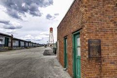 Ржавое старое ограничение в скорости подписывает внутри район склада Стоковые Фото