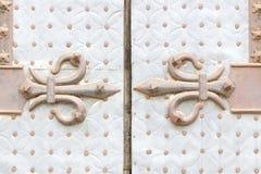 Ржавое украшение fleur de lis в двери Стоковое фото RF