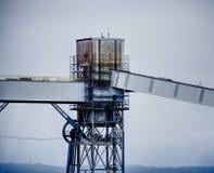 Ржавое, grungy силосохранилище на причале против серого неба Принятый в Сиэтл, Вашингтон стоковые фотографии rf