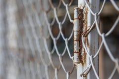 Ржавчина и шарнир грилей загородки стоковые изображения