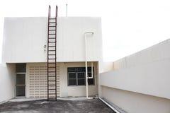 Ржавчина металла лестницы старая вертикальная промышленная Стоковое Фото