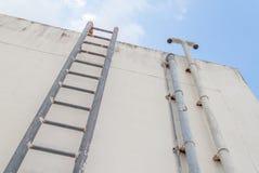 Ржавчина металла старой лестницы промышленная до цистерны с водой Стоковые Фото
