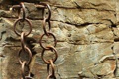 Ржавые выдержанные железные цепи заковыванные к утесам стоковая фотография rf