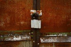 Ржавые закрытые двери с старомодным padlock Стоковое Изображение