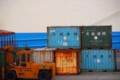 Ржавые контейнеры и грузоподъемник стоковые фотографии rf