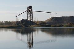 Ржавые металл и бетонные конструкции на реке Старая покинутая структура металла на ходулях в воде в мелководье Стоковое Изображение RF