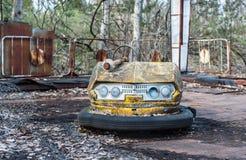 Ржавые небольшие автомобили детей в получившемся отказ парке атракционов в Pripyat, зоне отчуждения Чернобыль стоковая фотография