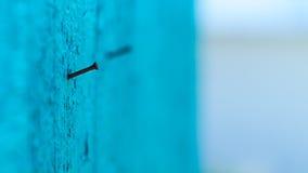 Ржавые ногти в выдержанной деревянной стене стоковое изображение