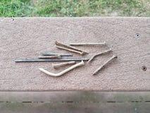 Ржавые ногти и винты на перилах палубы стоковое изображение