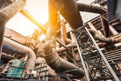 Ржавые промышленные трубопроводы в сталелитейных заводах Стоковое Изображение