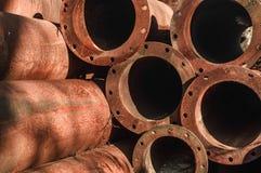 Ржавые старые трубы штабелированные вверх Стоковое Изображение