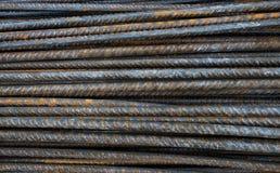 Ржавые стальные пруты крупного плана, подкрепления на строительной площадке, предпосылке Стоковое фото RF
