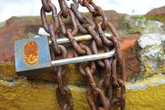 ржавые цепи металла и ключ стоковое фото rf