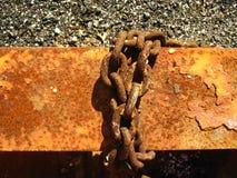 Ржавые цепи на поверхности металла стоковые изображения rf