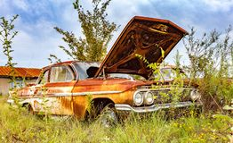 Ржавый автомобиль двора спасения имущества Стоковые Фотографии RF