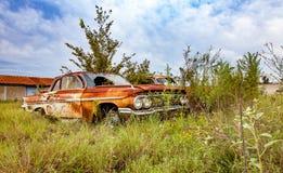 Ржавый автомобиль двора спасения имущества Стоковые Изображения