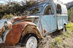 Ржавый автомобиль стоковое изображение