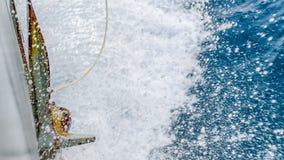 Ржавый анкер военного корабля брызнул морским путем воду пока корабль в процессе Стоковая Фотография RF