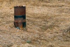 Ржавый бочонок на поле Стоковое Фото