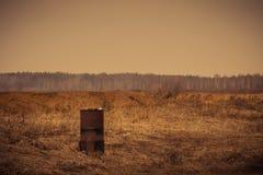 Ржавый бочонок на поле Стоковое Изображение RF