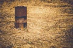 Ржавый бочонок на поле Стоковая Фотография RF