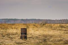 Ржавый бочонок на поле Стоковые Изображения RF
