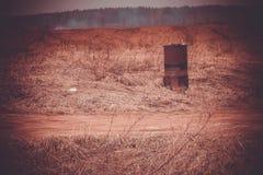 Ржавый бочонок на поле Стоковые Фотографии RF