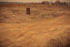 Ржавый бочонок на поле Стоковые Фото