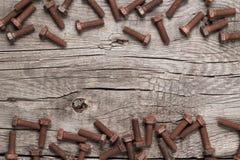 Ржавый болт винта на деревянном столе Стоковая Фотография