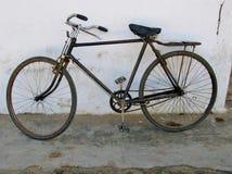 Ржавый велосипед в белом городе Ostuni Стоковое Изображение RF