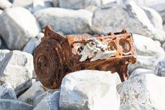 Ржавый двигатель автомобиля на камешках стоковое фото